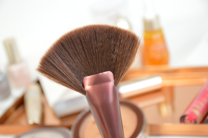 P2 Contouring Fan Brush Sunshine Goddess LE Pinsel Mikalicious