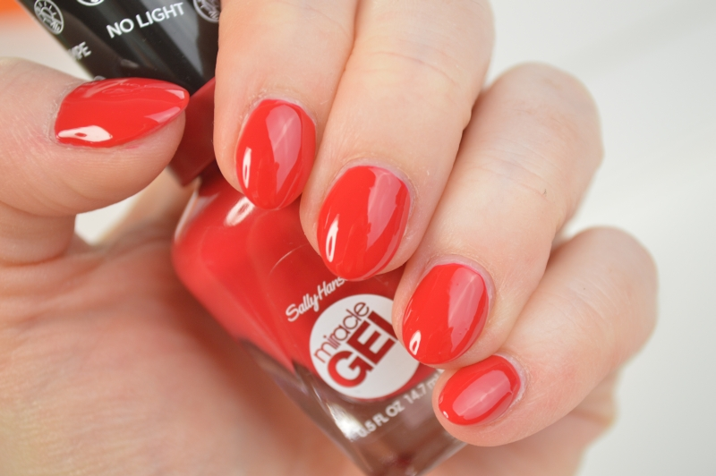 Sally Hansen Miracle Gel Nagellack Off with her Red! Beautyblog