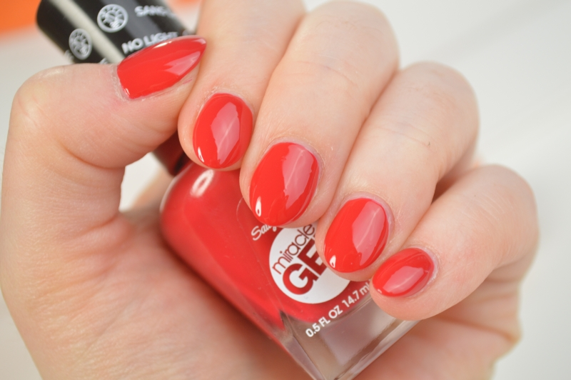 Sally Hansen Miracle Gel Nagellack Off with her Red! Review