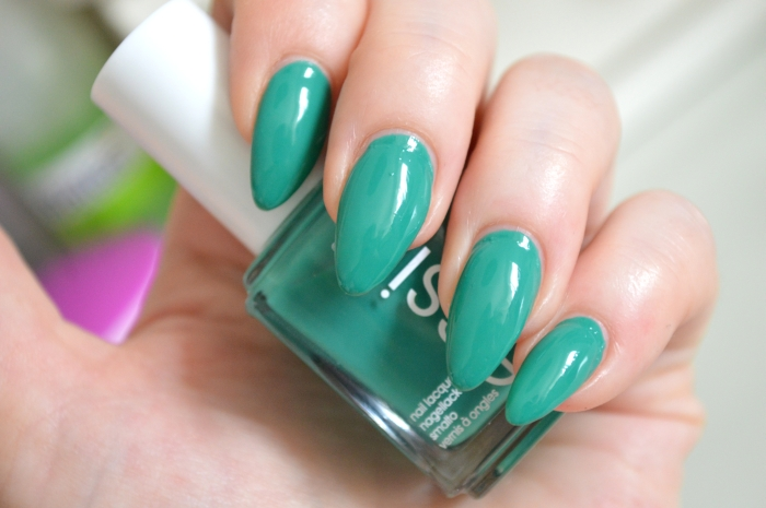 Essie_Ruffles_and_Feathers_Nagellack