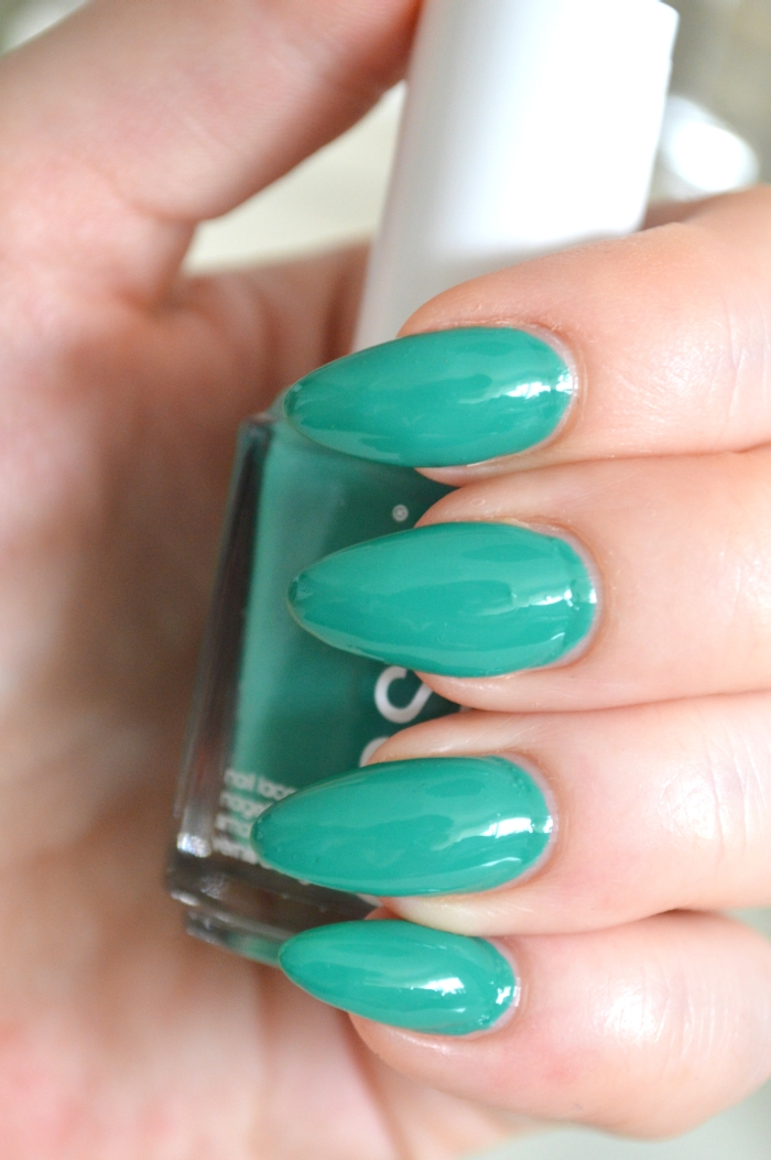 Essie_Ruffles_and_Feathers_Review