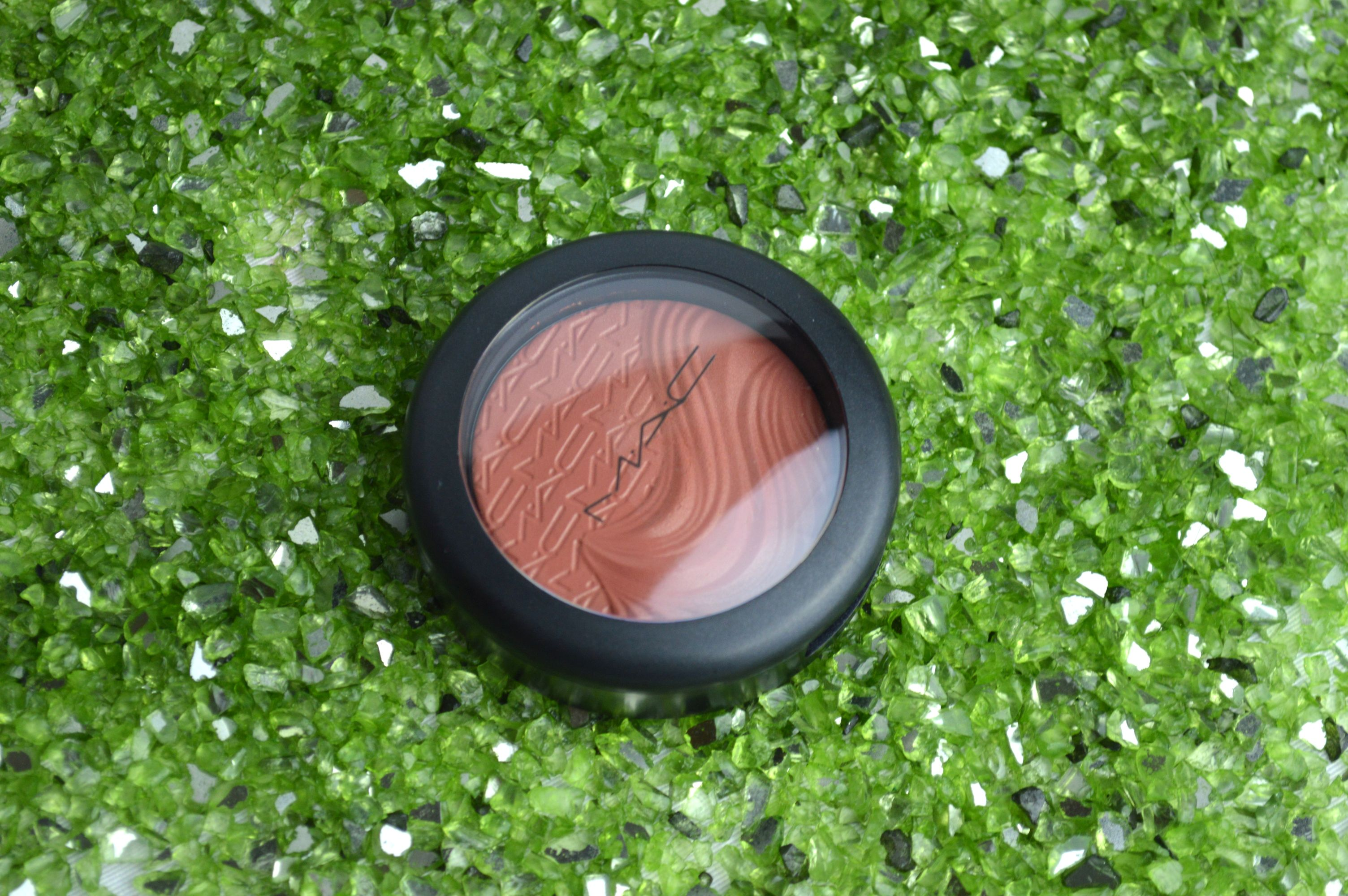 MAC_Blush_Pleasure_Model