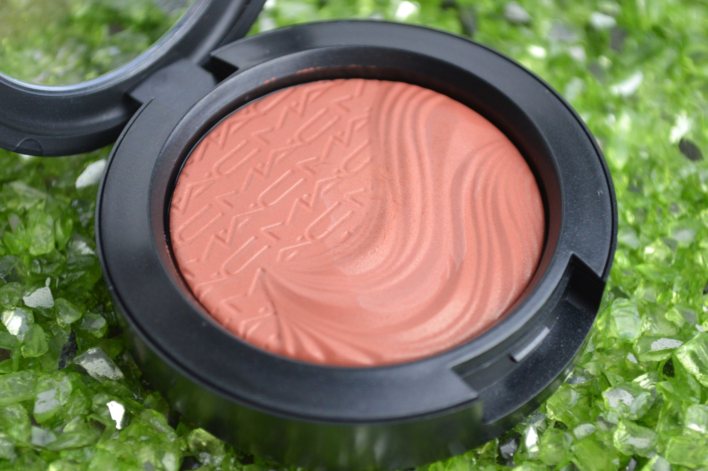 MAC_Blush_Pleasure_Model_b