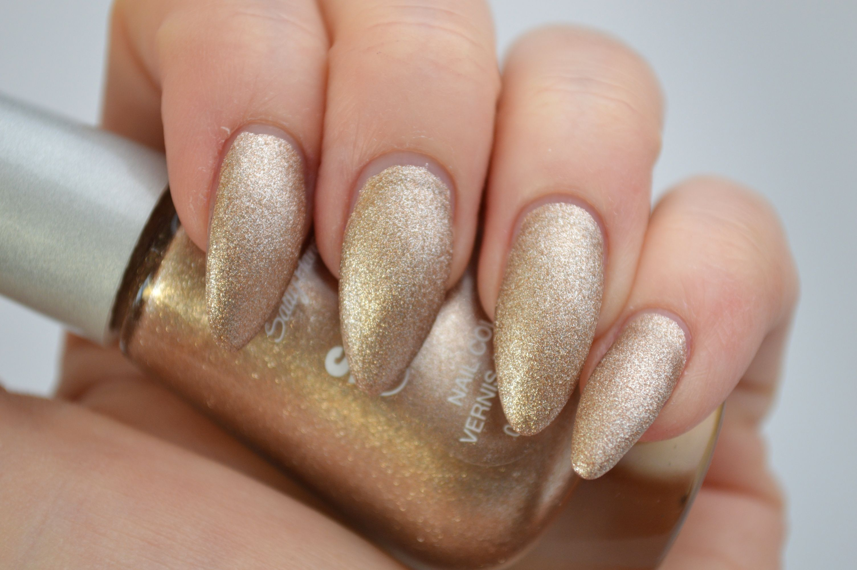 Sally_Hansen_Satin_Glam_Go_Gold_Nagellack