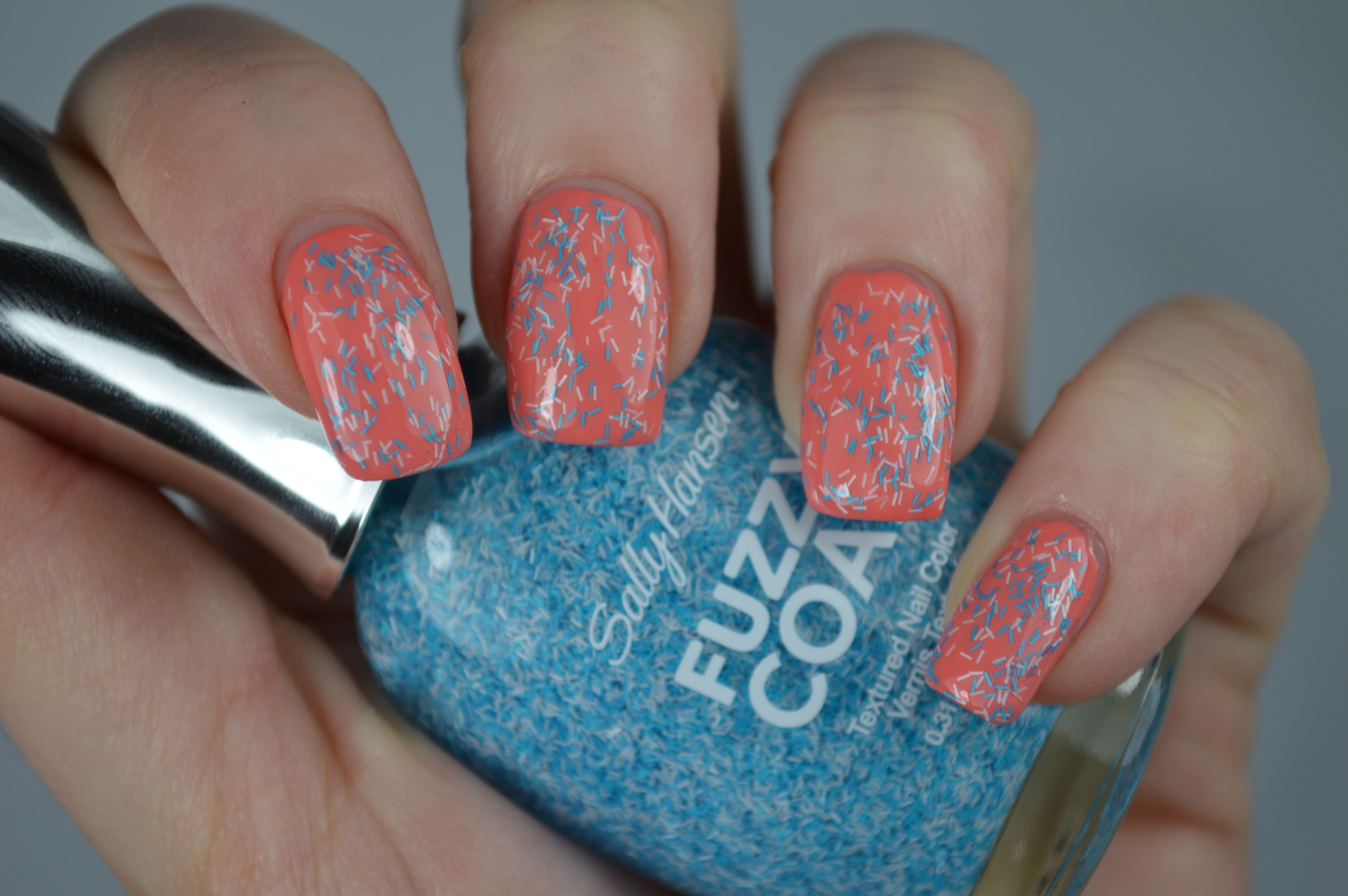 Swatches Nagellack Wool Knot Sally Hansen Fuzzy Coat Peach of Cake