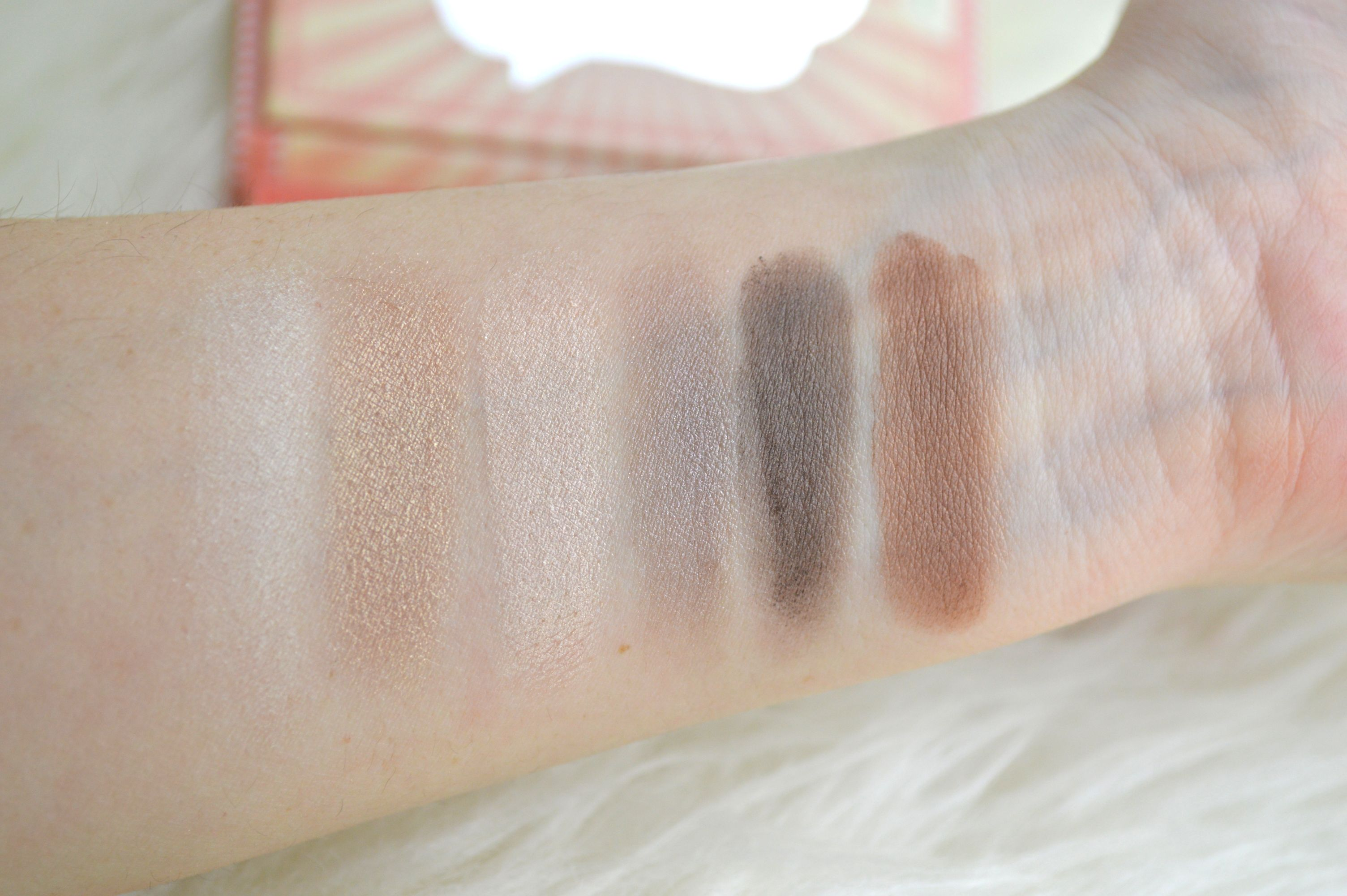 Swatches_Essence_How_to_make_nude_eyes_Makeup_box